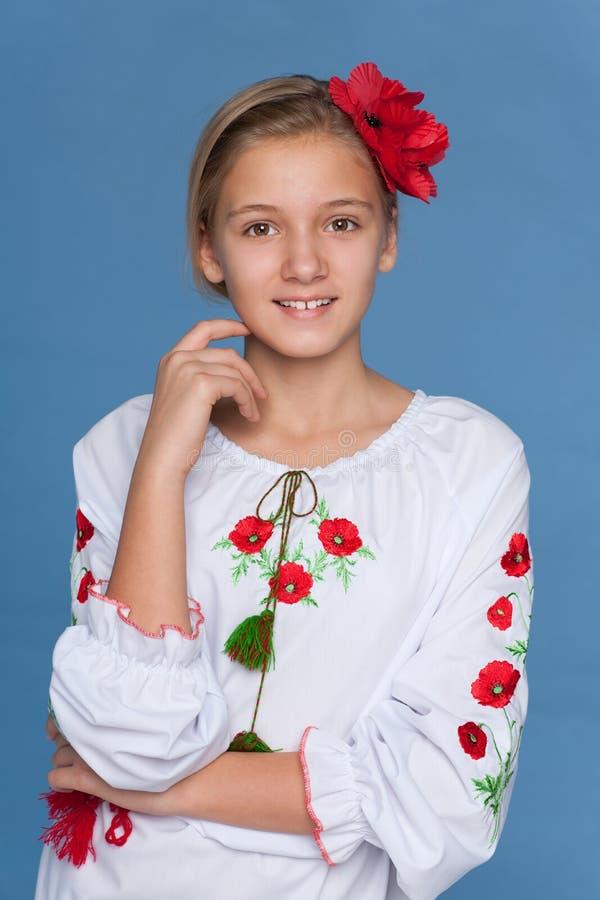 Menina ucraniana contra o fundo azul imagem de stock royalty free
