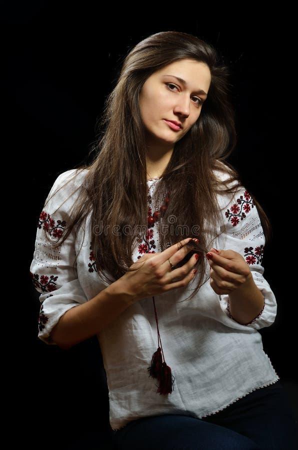 Menina ucraniana na blusa bordada imagem de stock royalty free