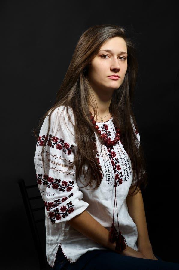 Menina ucraniana na blusa tradicional bordada imagens de stock royalty free