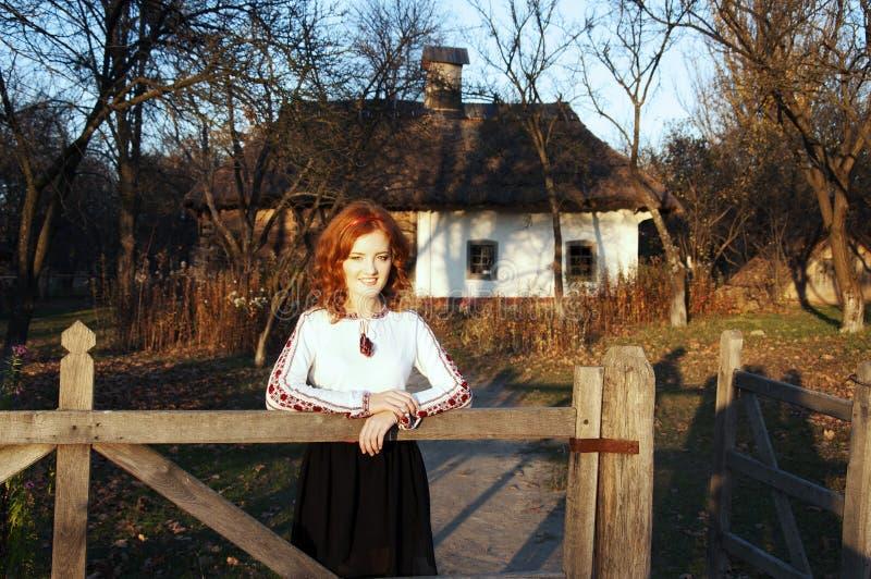 Menina ucraniana no campo fotografia de stock royalty free
