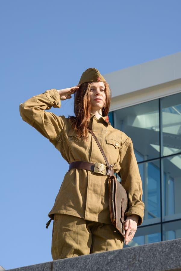 Menina ucraniana no uniforme militar foto de stock royalty free
