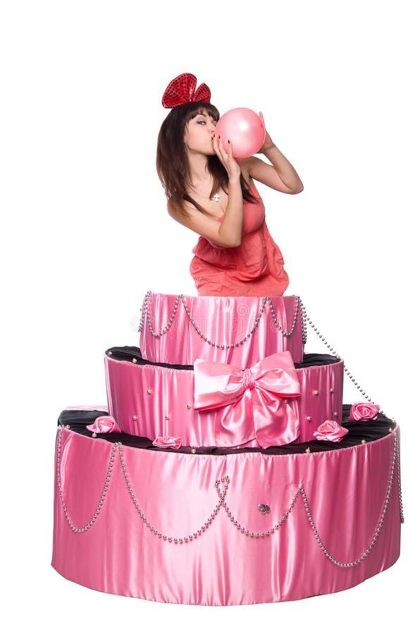 A menina, um presente da surpresa, salta do bolo do brinquedo foto de stock royalty free