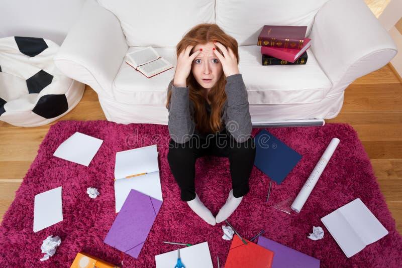 Menina, uma sala, livros e notas para a escola fotos de stock