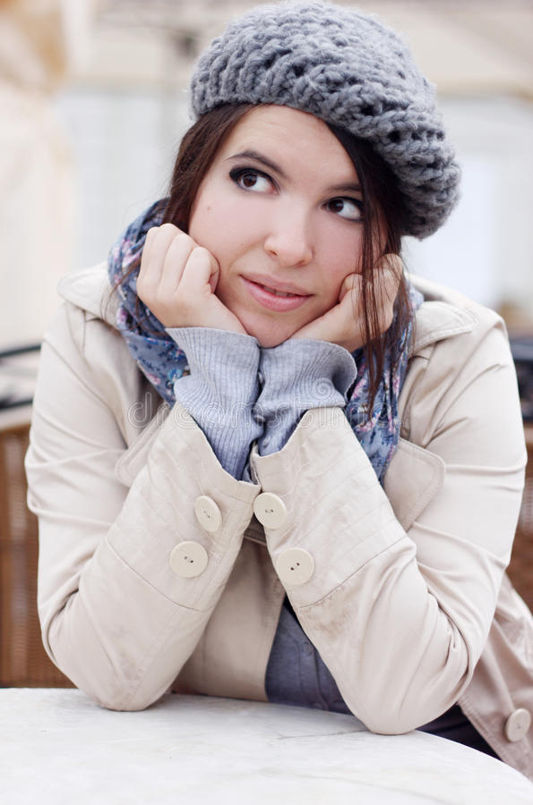 Menina urbana que daydreaming foto de stock