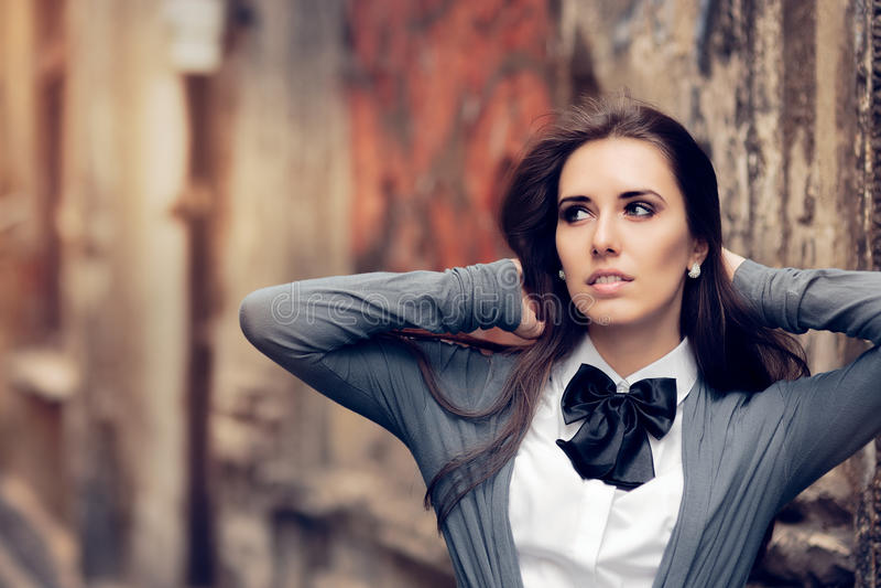 Menina urbana romântica com Bowtie Accessory fotografia de stock royalty free
