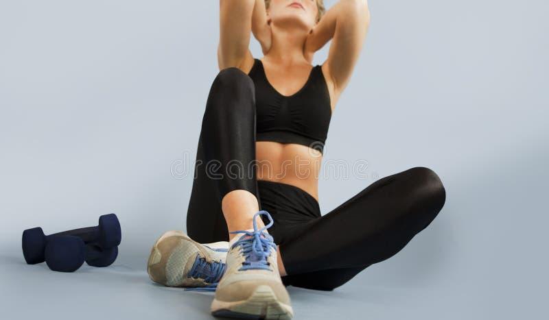 A menina vai dentro para esportes em um fundo isolado que faz exercícios diferentes da ginástica e da aptidão O conceito de um sa fotos de stock royalty free