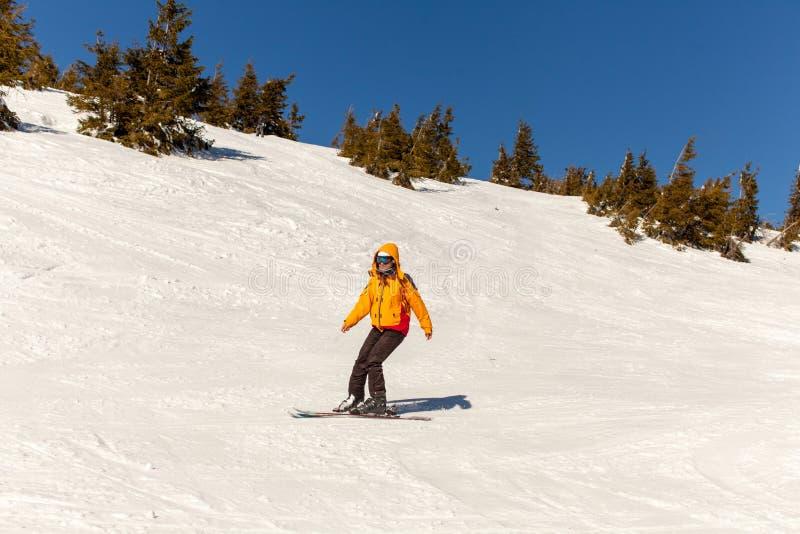 A menina vai esquiar no inverno foto de stock