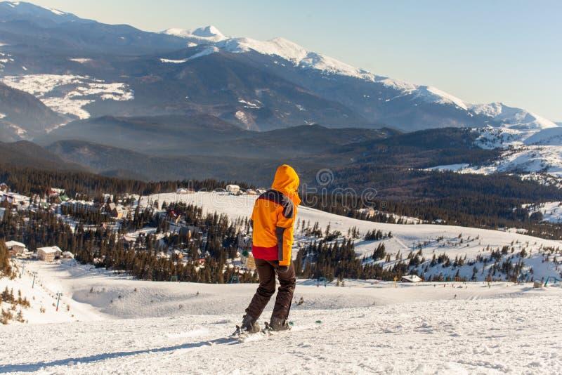 A menina vai esquiar no inverno foto de stock royalty free
