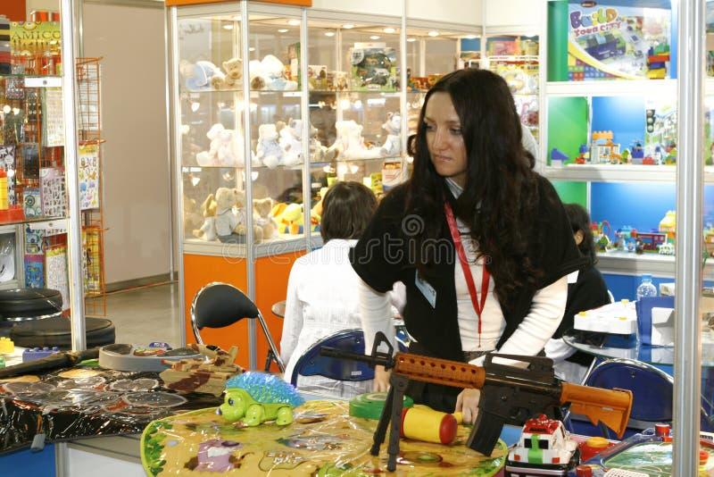 A menina vende brinquedos imagens de stock