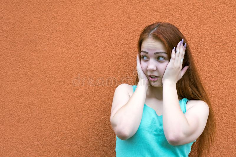 Menina vermelha surpreendida do cabelo fotos de stock