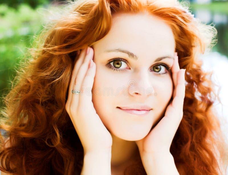 menina Vermelho-dirigida exterior foto de stock royalty free