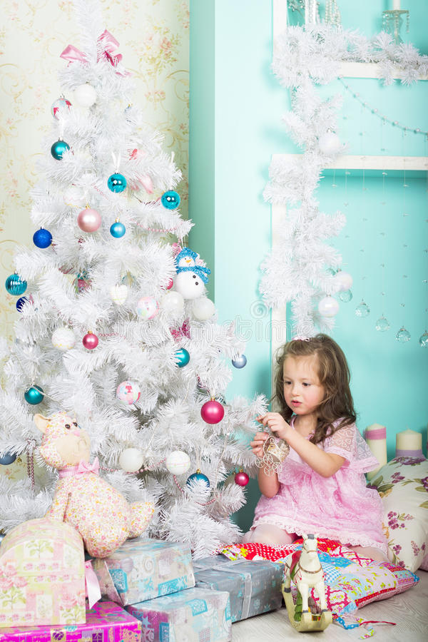 A menina veste acima a árvore de Natal foto de stock