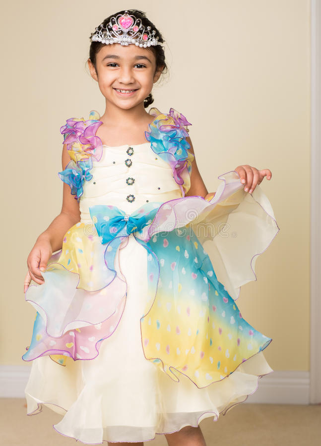 Menina vestida acima em uma princesa Costume foto de stock royalty free