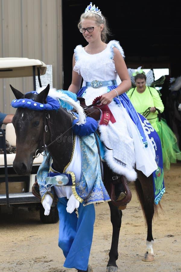 Menina vestida como a princesa Riding um cavalo imagem de stock