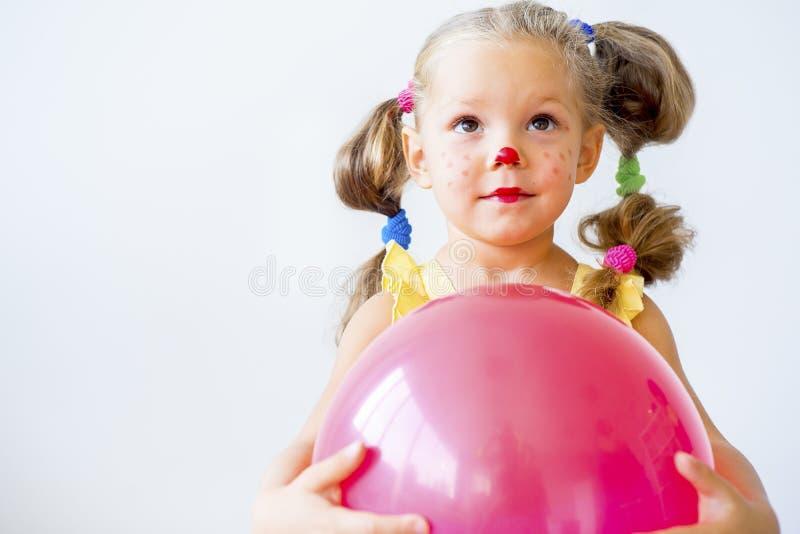 Menina vestida como um palhaço imagens de stock royalty free