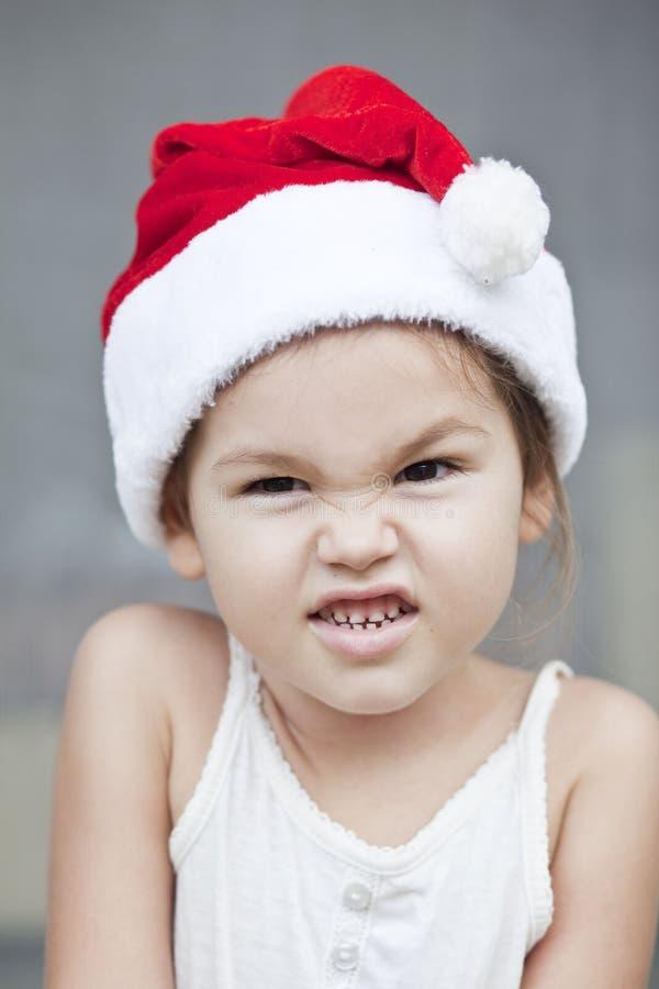A menina vestida como um Papai Noel fotos de stock