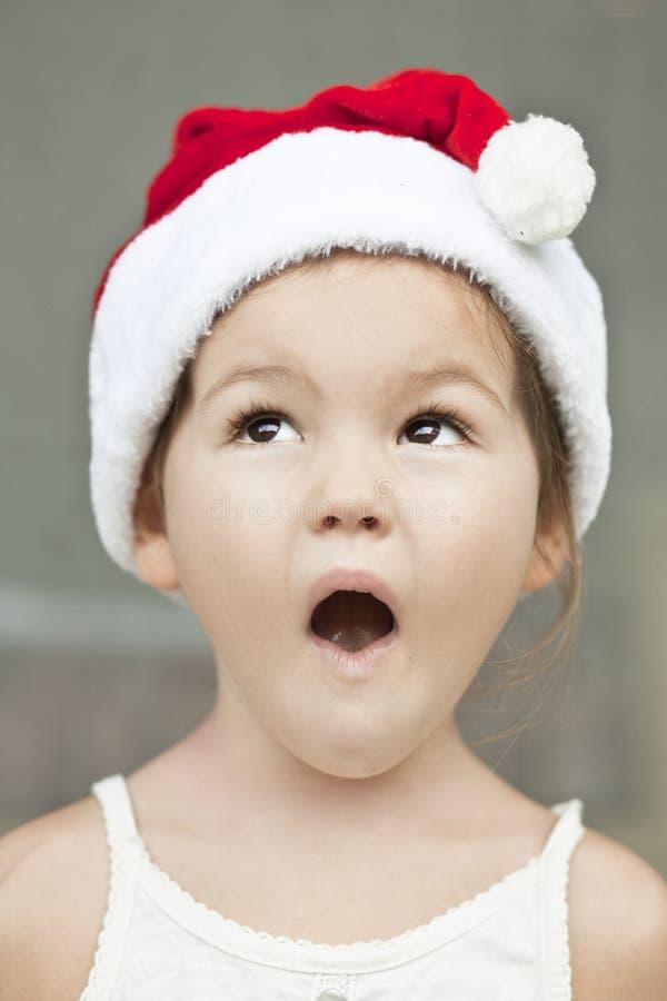 A menina vestida como um Papai Noel imagens de stock