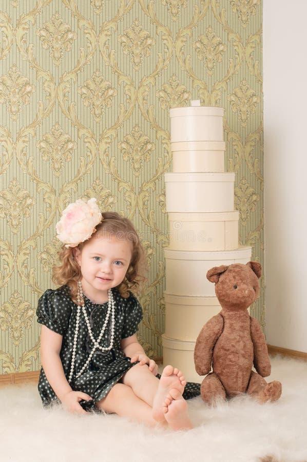 Menina vestida como uma boneca retro fotos de stock