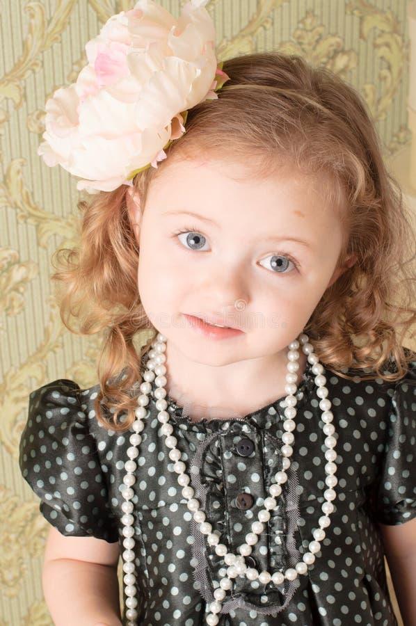 Menina vestida como uma boneca retro fotos de stock royalty free