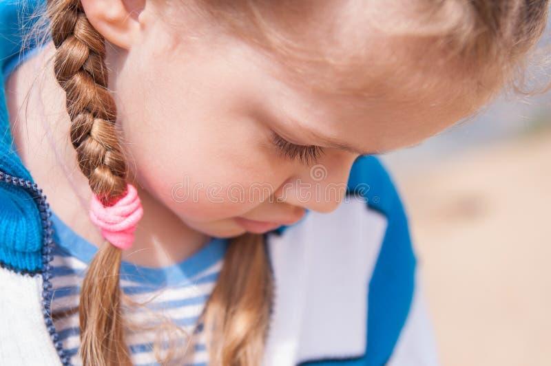 A menina virada gerencie afastado e esconde sua cara imagem de stock royalty free