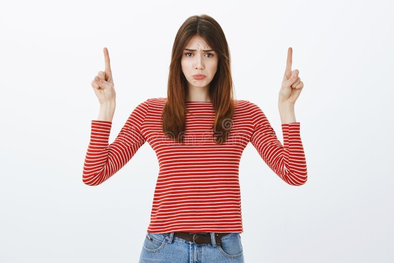 A menina virou-a perdeu a possibilidade à compra em vendas Amiga atrativa triste desagradada no equipamento ocasional, levantando foto de stock