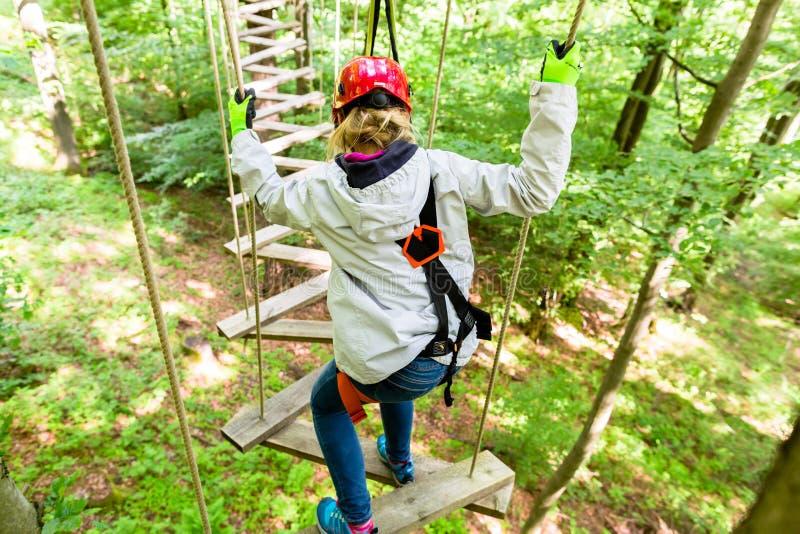 Menina vista de cima da escalada no curso alto da corda imagens de stock royalty free