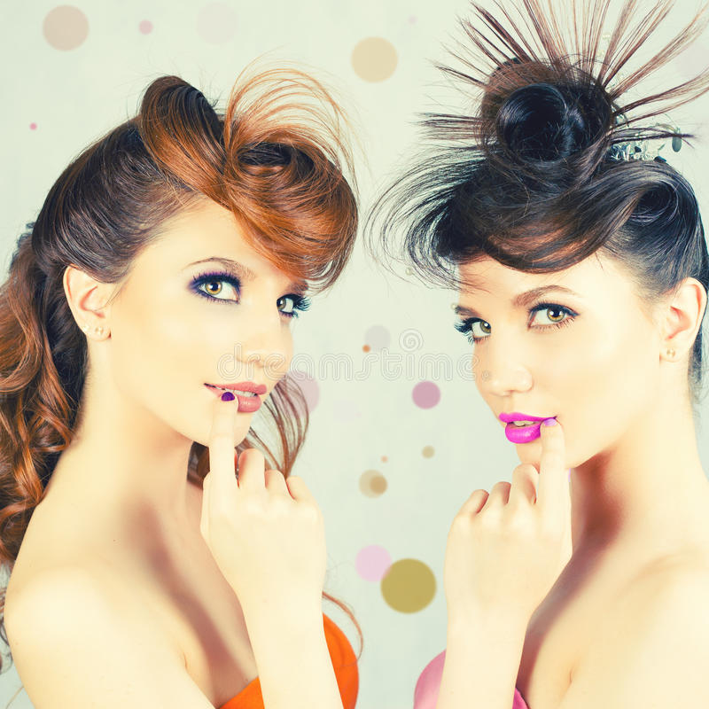 Meninas absolutamente lindos dos gêmeos com composição e penteado da forma imagens de stock royalty free