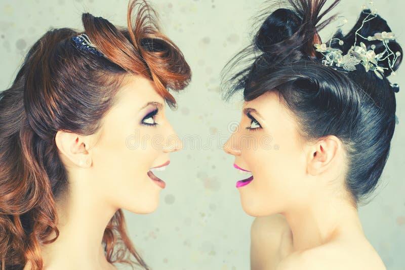 Meninas absolutamente lindos dos gêmeos com composição e penteado da forma fotografia de stock royalty free