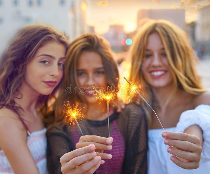 Meninas adolescentes dos melhores amigos com chuveirinhos fotografia de stock