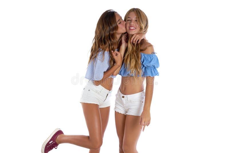 Meninas adolescentes dos melhores amigos felizes junto imagem de stock