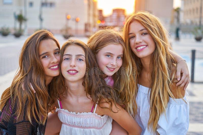 Meninas adolescentes dos melhores amigos no por do sol na cidade foto de stock royalty free