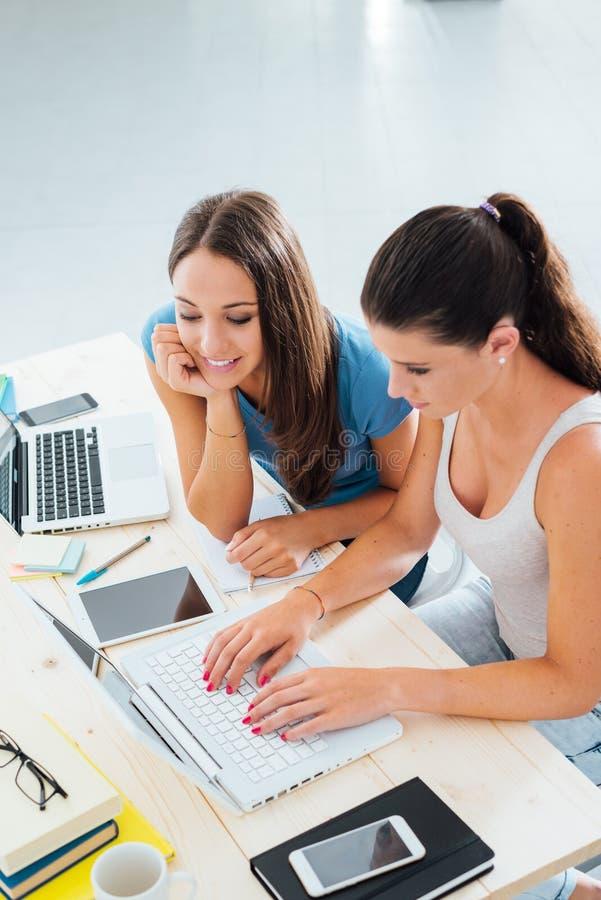 Meninas adolescentes que estudam com um portátil foto de stock royalty free