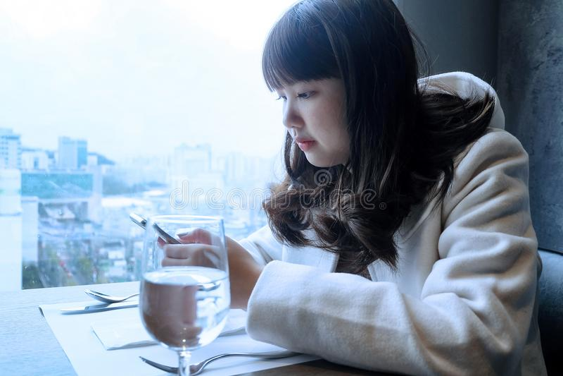 Meninas adolescentes que usam o Internet em um telefone celular fotos de stock royalty free