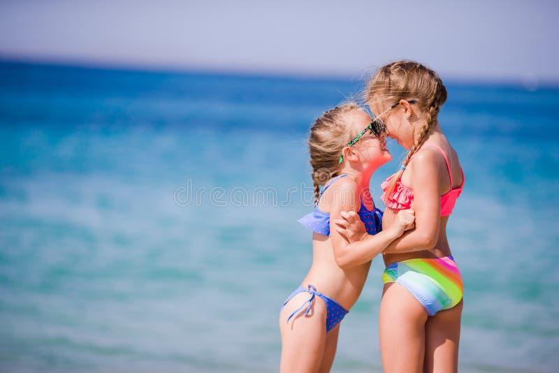 Meninas adoráveis durante férias de verão As crianças apreciam seu curso em Mykonos fotografia de stock royalty free