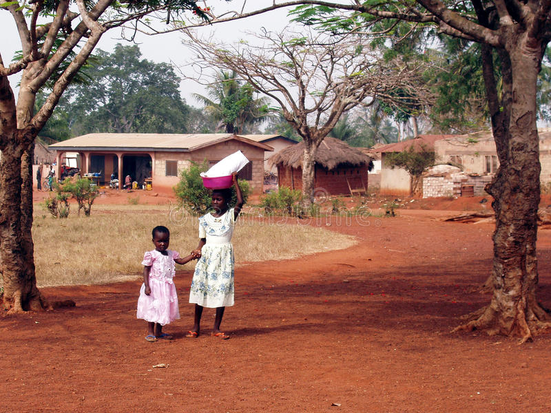 Meninas africanas com a cubeta na cabeça foto de stock royalty free