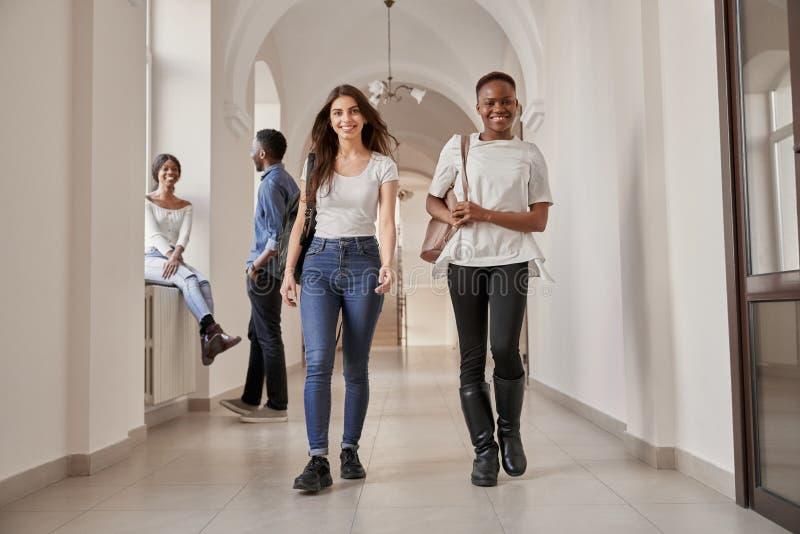 Meninas africanas e caucasianos dos estudantes foto de stock