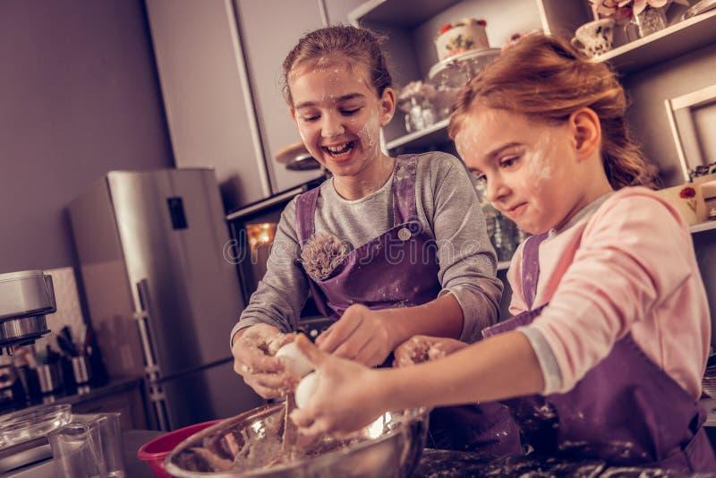 Meninas agradáveis alegres que estudam na academia de cozimento fotografia de stock royalty free