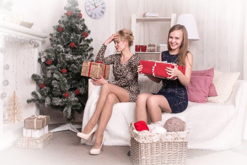 Meninas agradáveis na sala antes do Natal imagens de stock