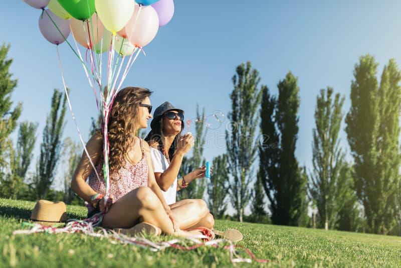 Meninas alegres que têm o divertimento no parque fotos de stock royalty free