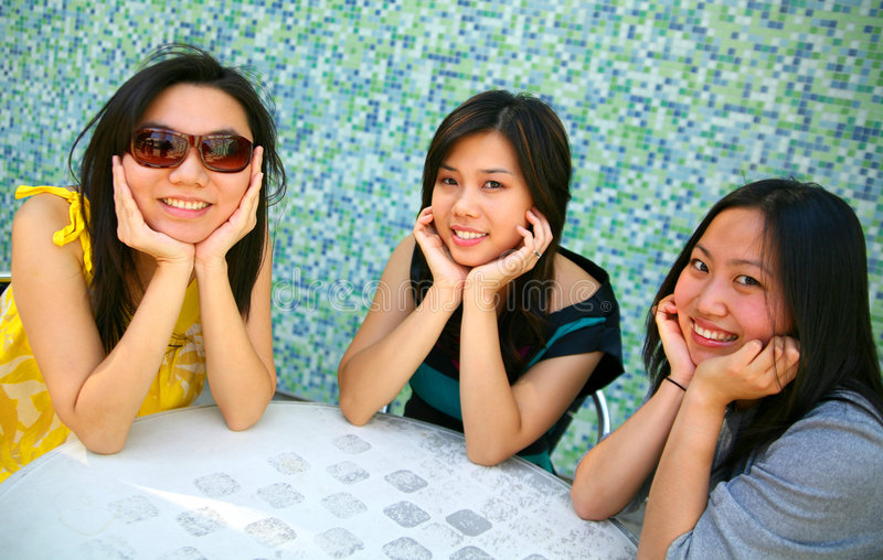 Meninas asiáticas de sorriso que prendem o queixo imagens de stock