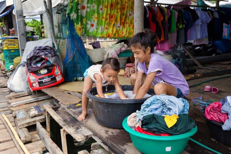 Meninas asiáticas que lavam a lavanderia imagem de stock royalty free