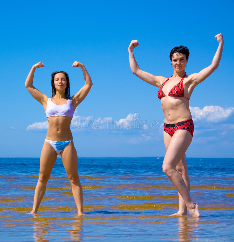 Meninas ativas do bodybuilding fotografia de stock royalty free