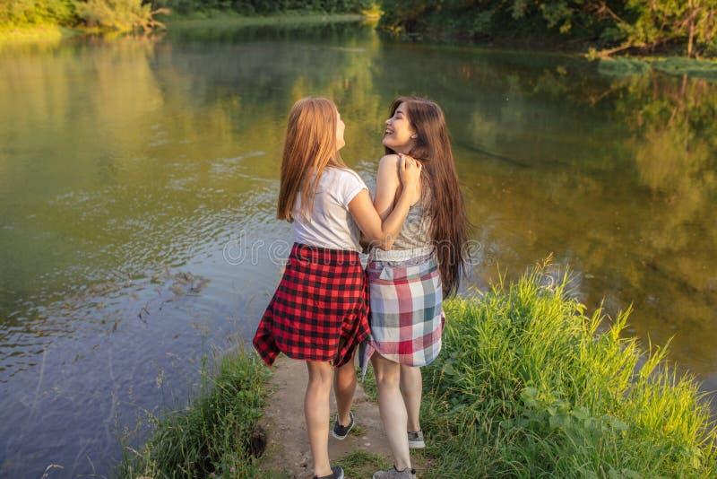 Meninas atrativas com expressões positivas mulheres que riem do gracejo fotografia de stock