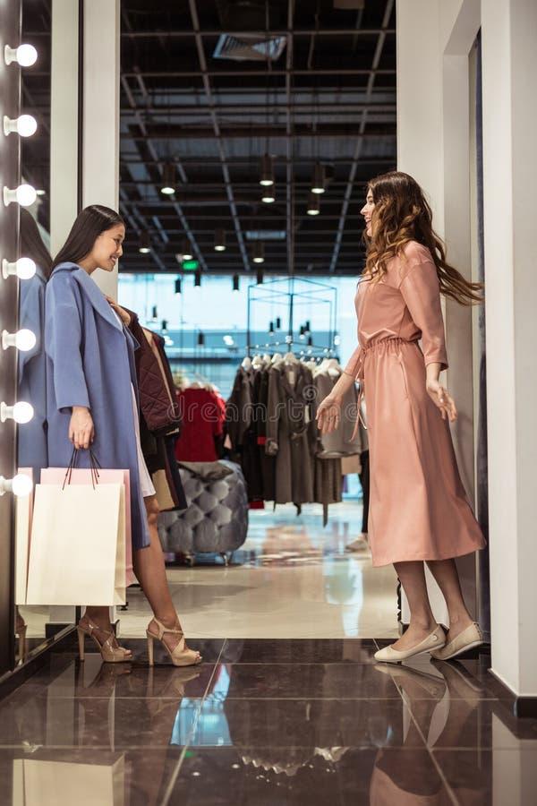 Meninas atrativas no vestuario imagem de stock royalty free