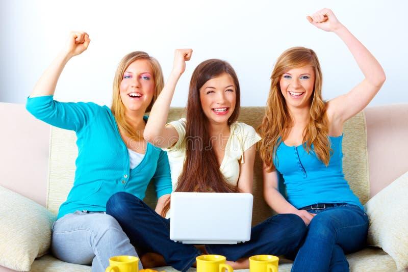 Meninas bem sucedidas bonitas com portátil imagens de stock