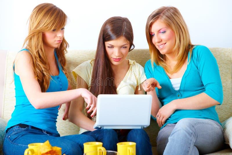 Meninas bonitas com portátil imagem de stock