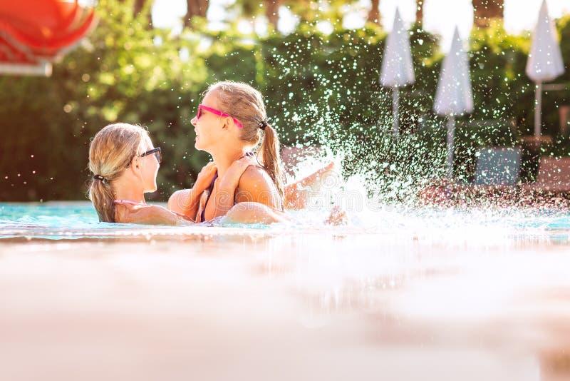 Meninas bonitas felizes que têm o divertimento na associação imagens de stock