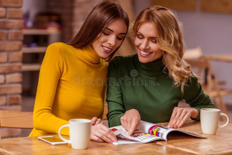 Meninas bonitas no café imagem de stock