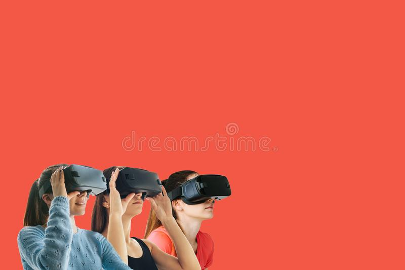 Meninas bonitas novas em vidros da realidade virtual O conceito de tecnologias modernas e de tecnologias do futuro VR fotografia de stock royalty free