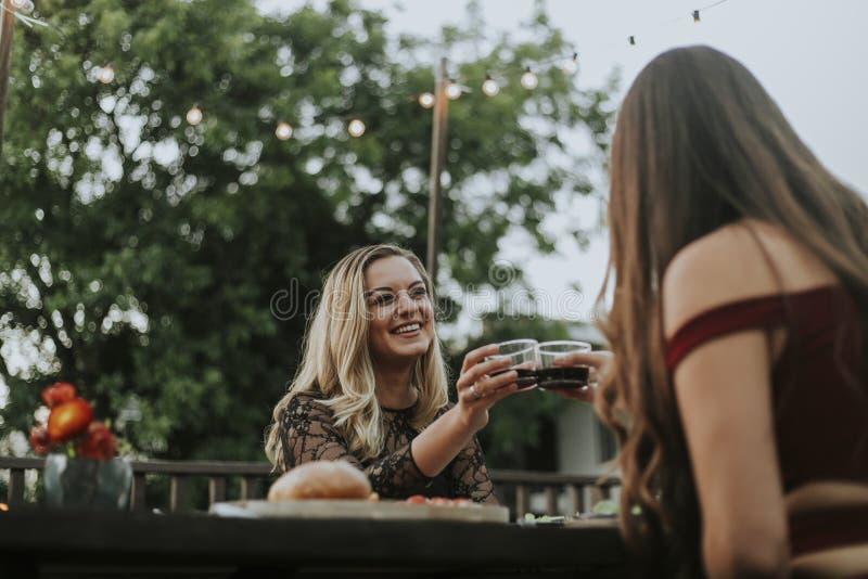 Meninas bonitas que comem algum vinho imagem de stock royalty free